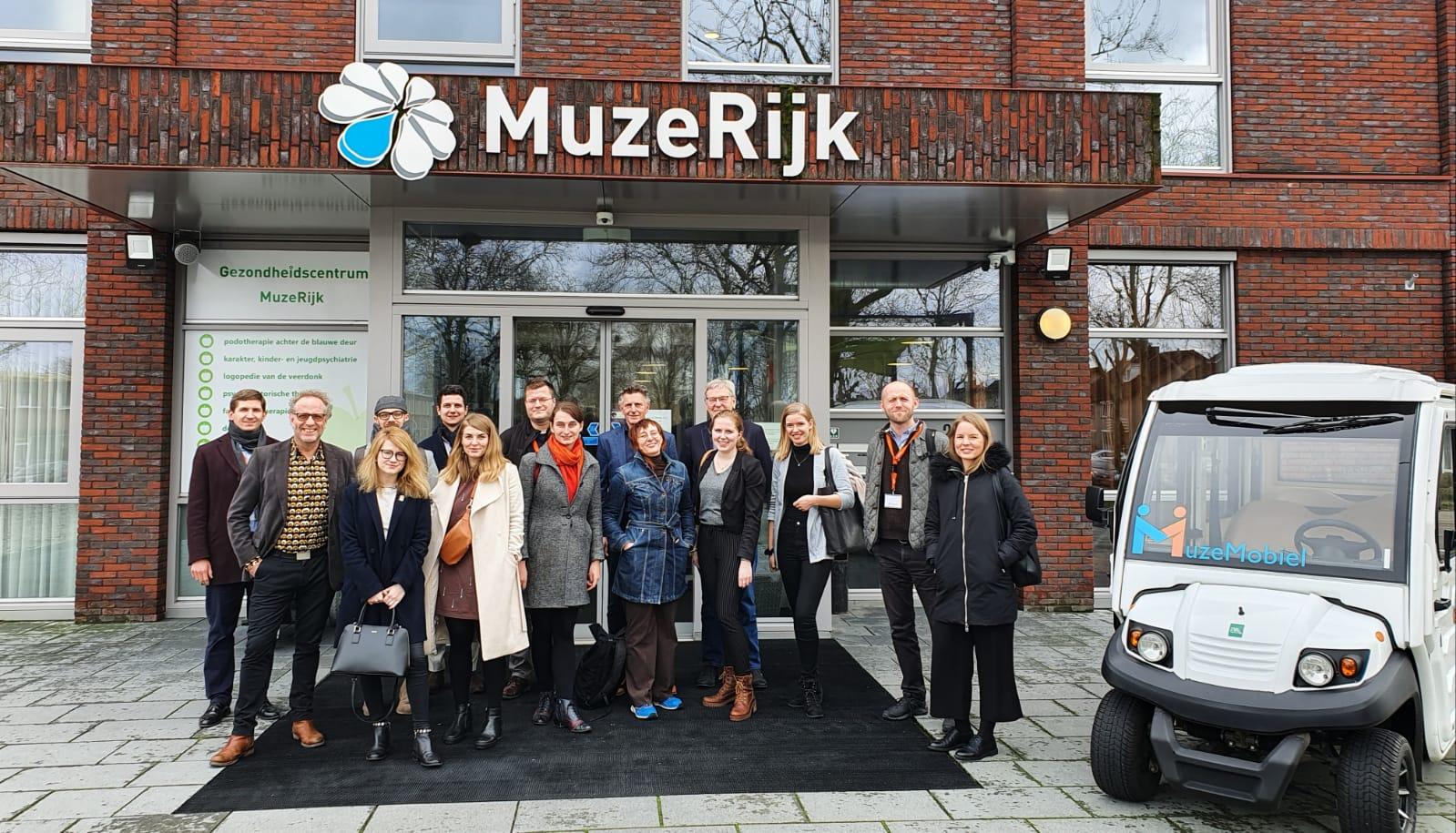Wszyscy uczestnicy wizyty - międzynarodowy (Polska, Czechy, Słowacja, Węgry) zespół działaczy społecznych - przed MuzeRijk - holenderskim centrum społecznym.